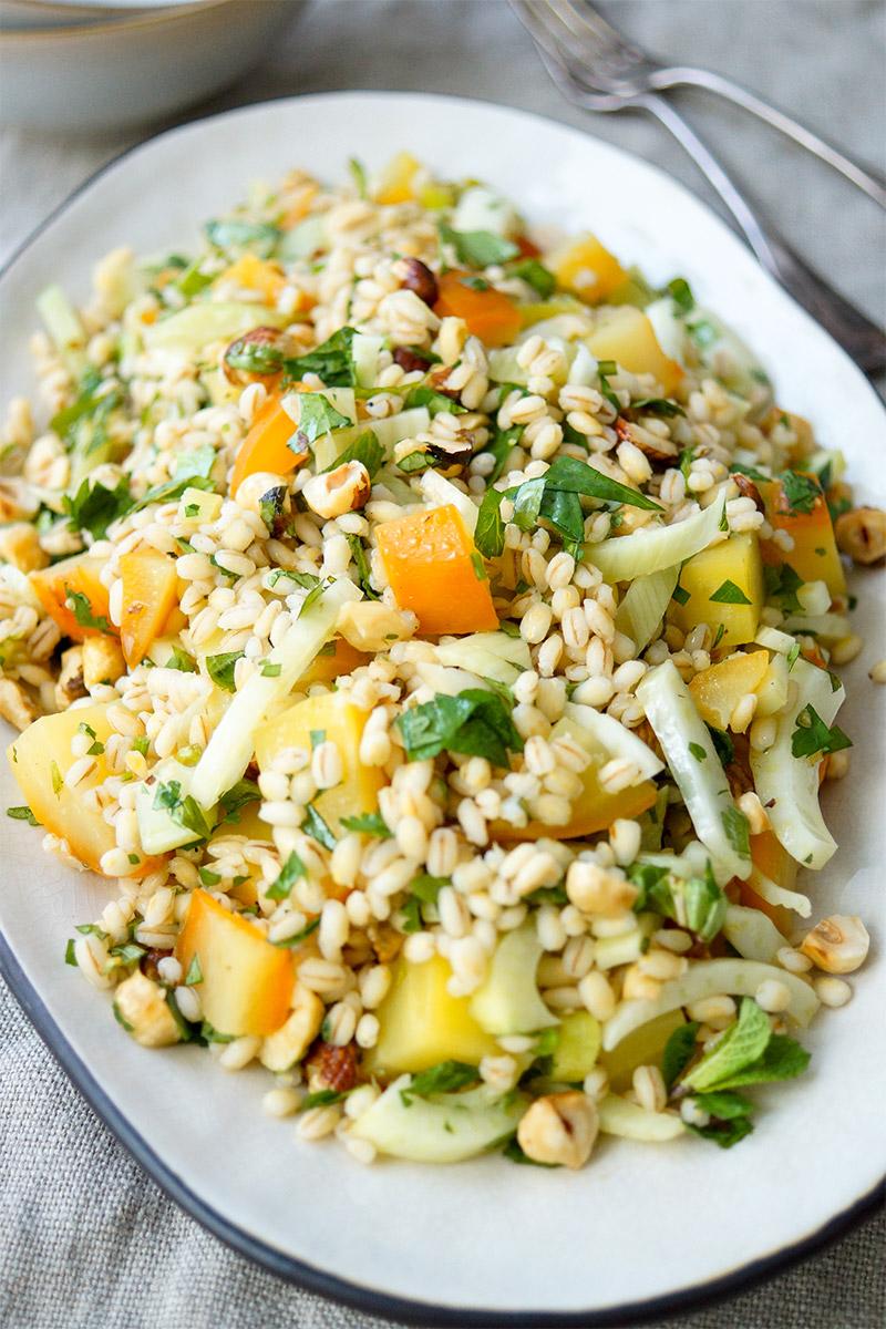 veganes Rezept für Gelbe Bete Salat mit Gerste (Rollgerste), Fenchel, Haselnüssen und Kräuter