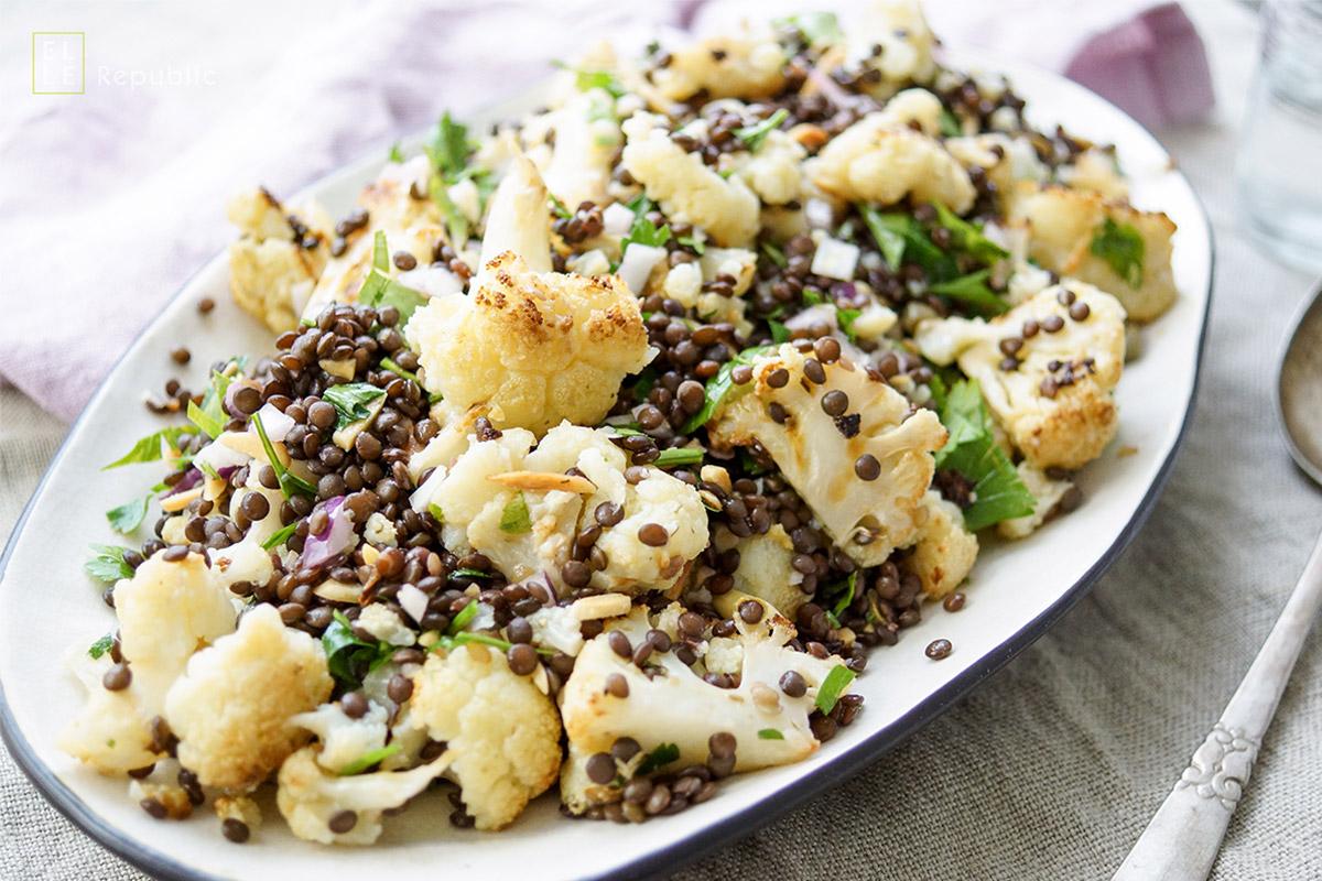 Veganes Rezept für Gerösteter Blumenkohl mit Linsen, Mandeln, Petersilie und Zitronen-Dill-Kapern-Vinaigrette