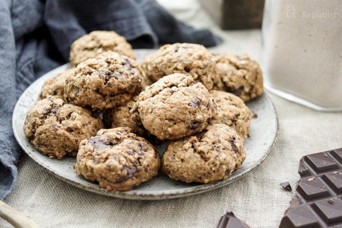 Rezept für gesunde vegane Schoko-Cookies mit Dinkelmehl, Haferflocken, Leinsamen, ungesüßtem Apfelmus, Kokosöl und natürlichem Rohrohrzucker