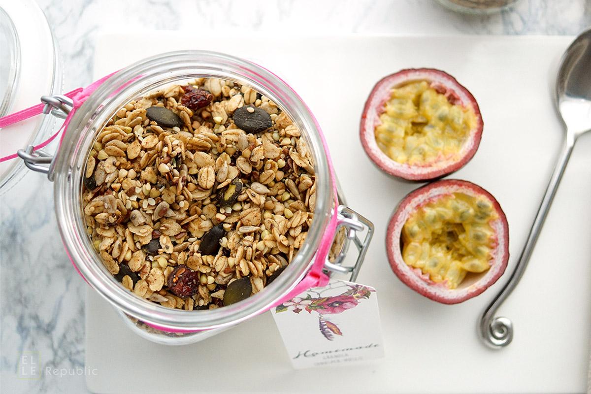Selbstgemachtes Knusper-Müsli (Granola) Rezept einfaches Rezept für ein Knusper-Müsli mit Buchweizen, Sonnenblumenkernen, Kürbiskernen, Leinsamen, Chiasamen.