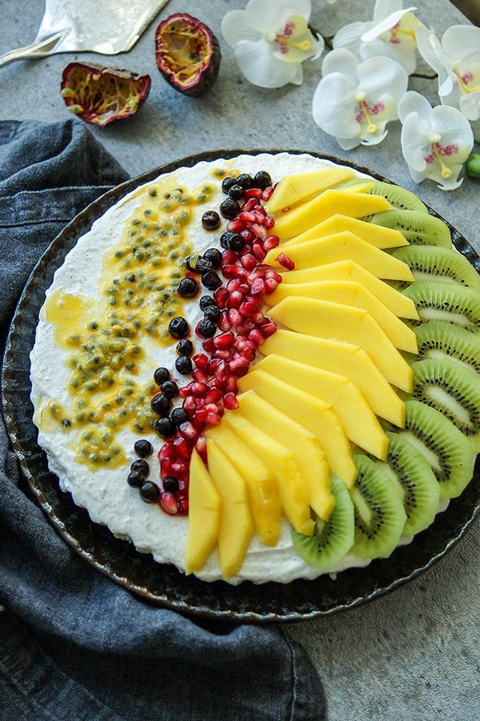 Kuchen Rezept ohne Backen! Eine köstliche Kühlschranktorte mit frischem Obst und einer Creme aus griechischem Joghurt und Quark.