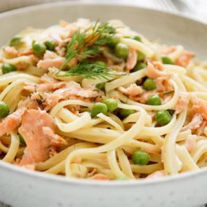 Rezept für cremige Räucherlachs Pasta mit Erbsen, Crème Fraîche , Zitrone und Dill