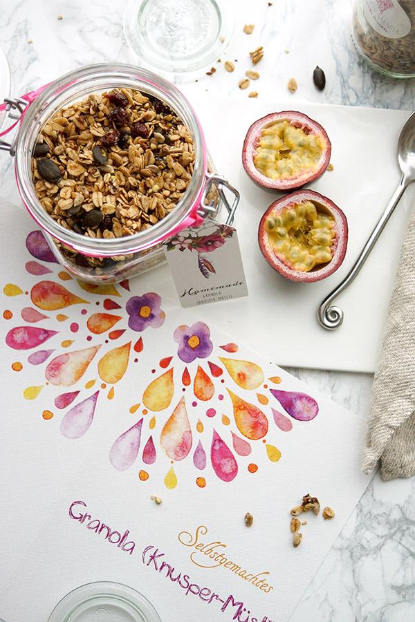 Selbstgemachtes Knusper-Müsli (Granola) Rezept einfaches Rezept für ein Knusper-Müsli mit Buchweizen, Sonnenblumenkernen, Kürbiskernen, Leinsamen, Chiasamen und carinokarten Geschenkanhängern