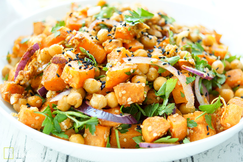 Ein Rezept für einen Salat aus Süßkartoffeln mit gerösteten Kichererbsen und einem Chili-Koriander-Kreuzkümmel-Dressing. Ein veganes Gericht auf rein pflanzlicher Basis, das auch noch glutenfrei ist.