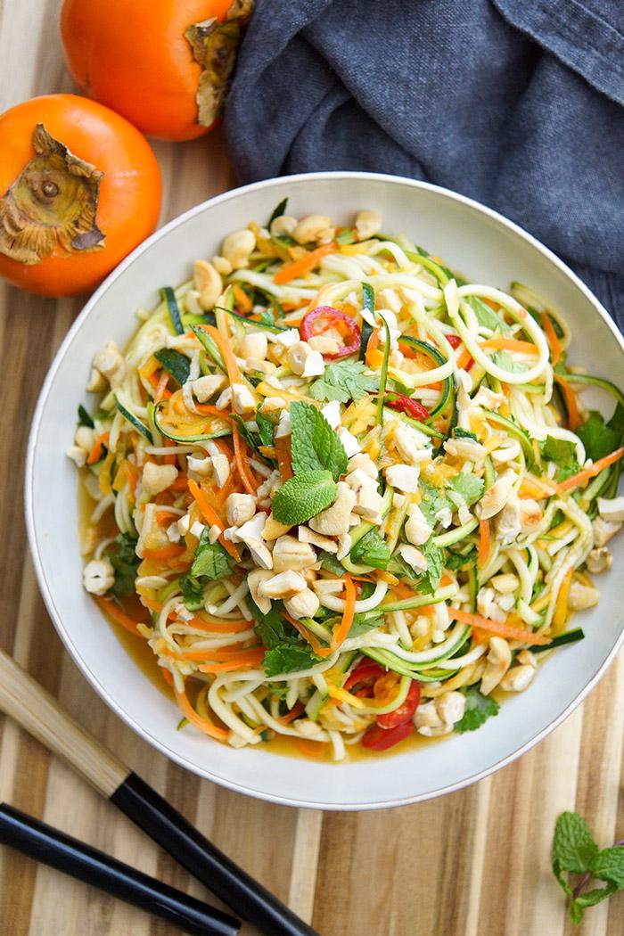 Thai Salat-Dressing für einen Thai-Zucchininudeln-Salat mit Karotten und Kaki oder Mango, Glutenfrei, Low-carb