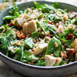 einfache Rezept für einen Dinkelsalat mit gegrilltem Hühnchen, getrocknete Tomaten, geröstete Mandeln, rote Zwiebel und junger Spinat