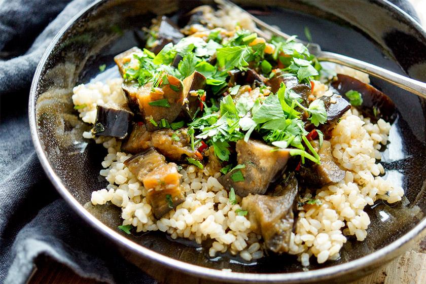 einfaches Rezept für geschmorte Aubergine mit Chilischoten, Knoblauch und Sojasoße und Reis