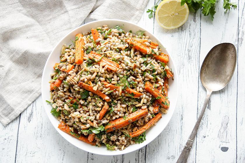 ein einfaches und gesundes Rezept für Orientalischer Linsensalat mit gerösteten Karotten und Dinkel. Dazu Aromen der Gewürze aus 1001 und einer Nacht von Kreuzkümmel (Kumin), Sumach und Zatar
