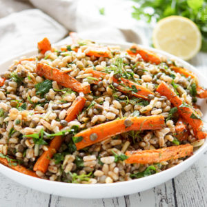 einfaches und gesundes Rezept für Orientalischer Linsensalat mit gerösteten Karotten und Dinkel. Dazu Aromen der Gewürze aus 1001 und einer Nacht von Kreuzkümmel (Cumin), Sumach und Zatar