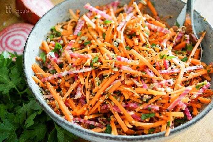 einfaches Rezept für einen gesunden, veganen und vegetarischen Karottensalat mit Ringelbete, Sonnenblumenkernen, Sesamsamen und Schwarzkümmelsamen