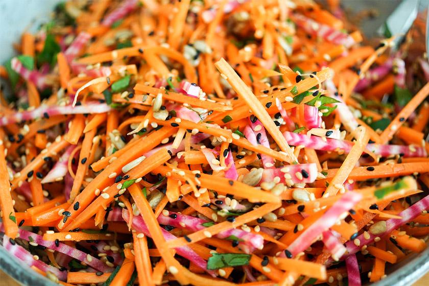 einfaches Rezept für einen super gesunden Karottensalat mit Ringelbete und knusprigen Sonnenblumenkernen, Sesamsamen und Schwarzkümmelsamen