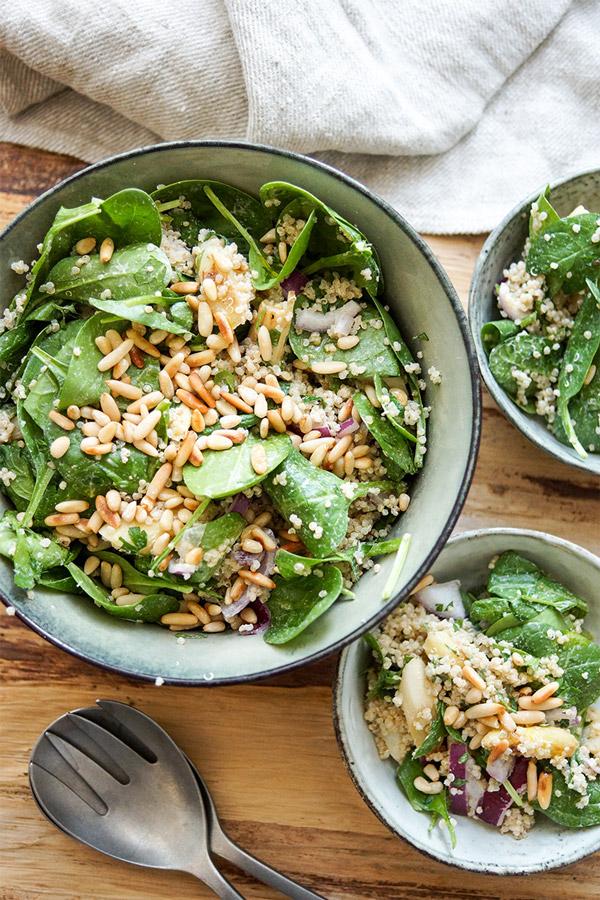 geröstetem weißem Spargelsalat Rezept mit Quinoa, Baby-Spinat und einem Zitronen Tahin Dressing, plus Pinienkernen. Vegan, glutenfrei
