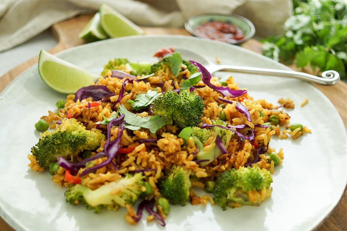 vegetarische Reispfanne Rezept (Nasi Goreng) mit Brokkoli, Erbsen, Rotkohl, Chili