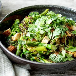 Vegane Asiastische Wok-Gemüse-Pfanne (Stir-Fry) Rezept mit geräuchertem Tofu, Spargel, Spargelkohl, Pilze, Knoblauch, Ingwer, japanischer Reisessig, Soja-Soße und geröstetem Sesamöl