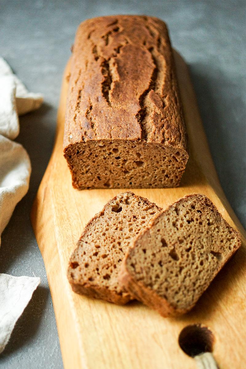 Ein einfaches, schnelles glutenfreies Rezept für ein Apfel Kardamom Brot Rezept. Ein perfektes Kaffegebäck oder zum Frühstück.