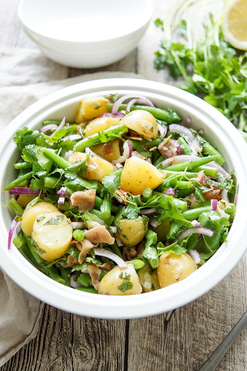 Bohnensalat mit Kartoffeln und knusprigem Parmaschinken, Koriander, Minze, Zitrone, gesundes Rezept zum Grillen
