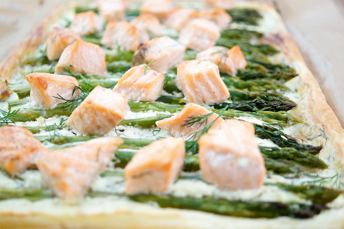 Einfache Lachs-Spargel-Tarte mit Blätterteig Rezept mit Crème Fraîche, Dill, Zitrone