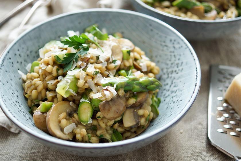 Rezept für Rollgerste-Risotto mit Pilzen und Spargel, Steinpilze, brauner Champignon, Crimini-Pilze