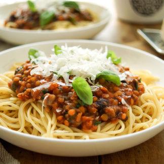 Pasta alla Puttanesca mit roten Linsen, Tomaten, Oliven, Kapern und Knoblauch. Ein einfaches, schnelles Rezept.