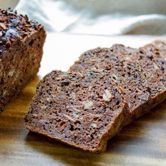 Veganes Schoko-Bananenbrot mit dunkler Schokolade und Kakao Nibs