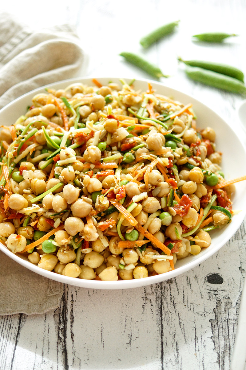einfaches Rezept für einen gesunden Kichererbsensalat mit frischem Gemüse und getrockneten Tomaten. Dazu gibt es geröstete Körner und geröstetes Sesamöl. Das Rezept ist vegan, vegetarisch und glutenfrei.