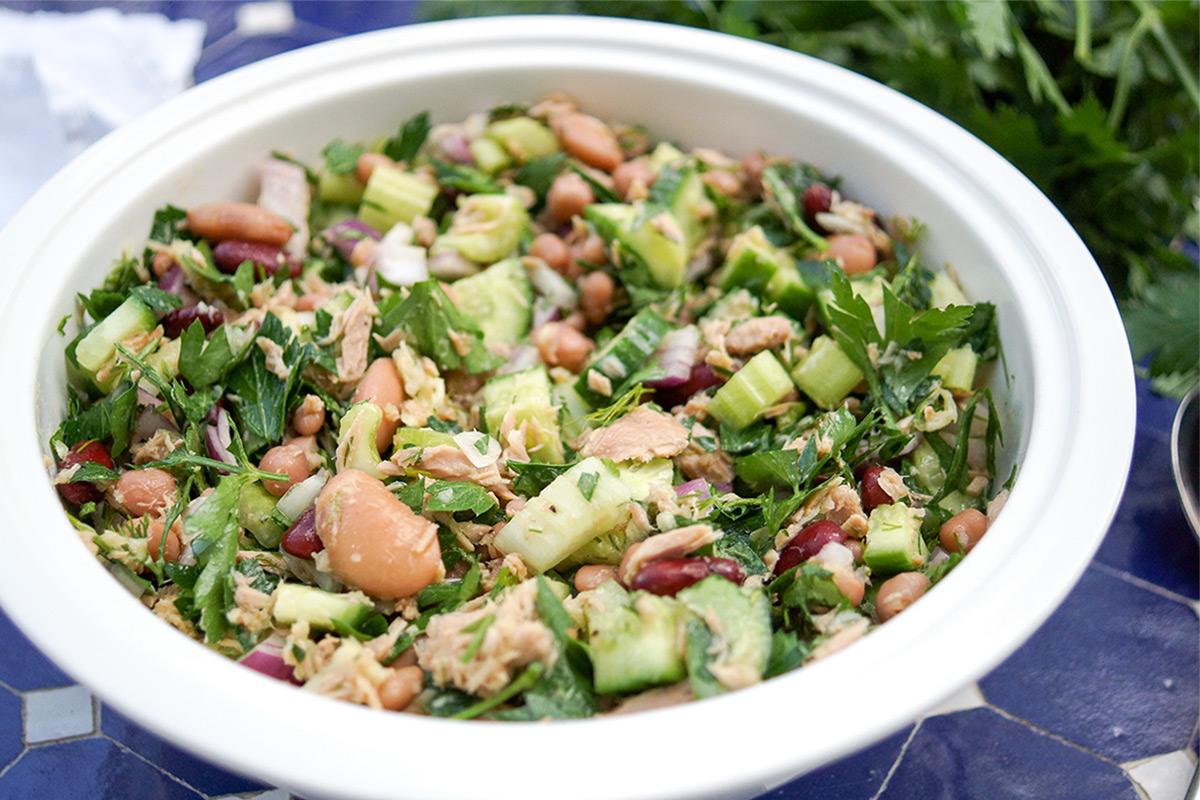 Ein gemischter Bohnensalat mit Thunfisch Rezept voller mediterraner Aromen inklusive Zitrone, Knoblauch und frischen Kräutern