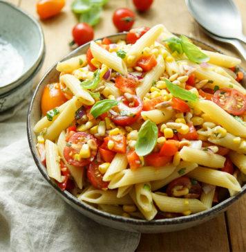 Sommer Nudelsalat mit Mais und Tomate Rezept: frischem Mais, Cherry-Tomaten, Basilikum, Pinienkernen. Vegan, Vegetarisch