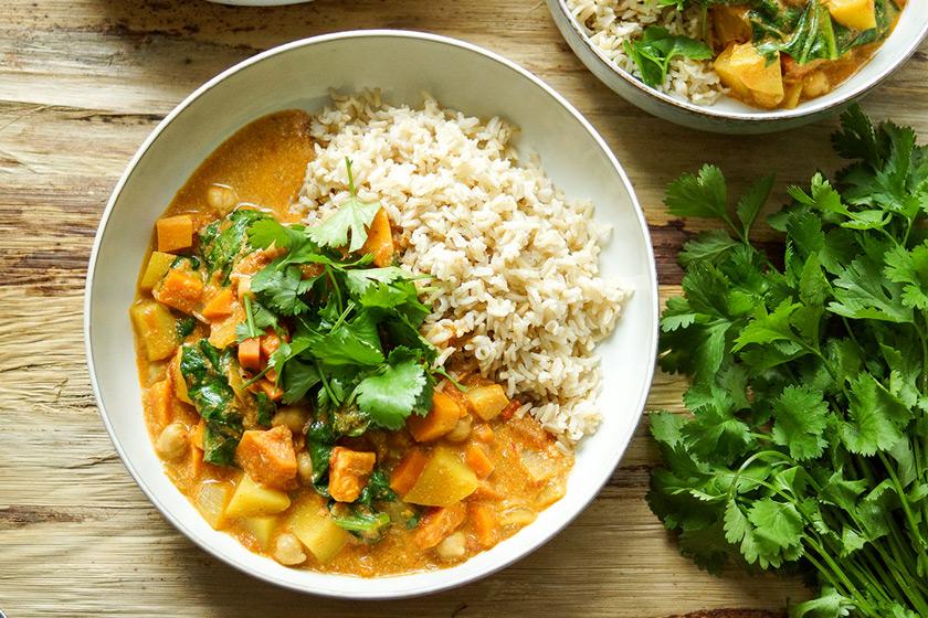 Veganes Kichererbsen Curry mit Süsskartoffeln Rezept mit Möhren, Koriander, Kreuzkümmel, Zimt, Kurkuma, Cayenne-Pfeffer, frischem Ingwer, Knoblauch und roten Chilischoten