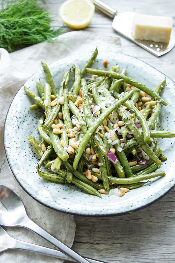Geröstete grüne Bohnen mit Zitrone, Dill, Pinienkerne und Parmesankäse, Einfache Gesunde Rezept, Vegetarisch