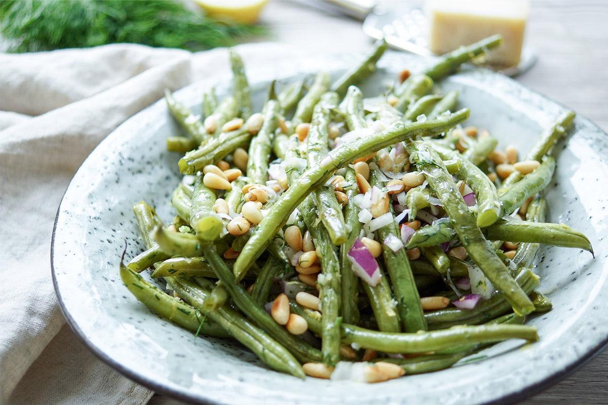 Geröstete grüne Bohnen mit Zitrone, Dill, Pinienkerne und Parmesankäse, ein einfaches und gesundes Rezept, Vegetarisch