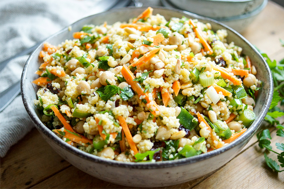 Rezept für Hirsesalat mit Kichererbsen auf marokkanische Art mit Karotten, gerösteten Nüssen und einem süsslichen Geschmack der getrockneten Früchte