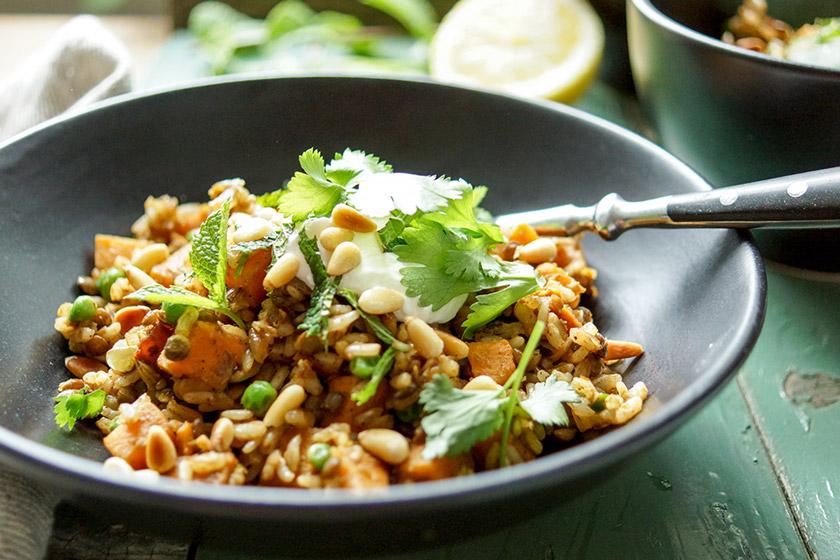 Linsen-Reis-Pilaw Rezept mit Süßkartoffel und Erbsen, Vegetarisch