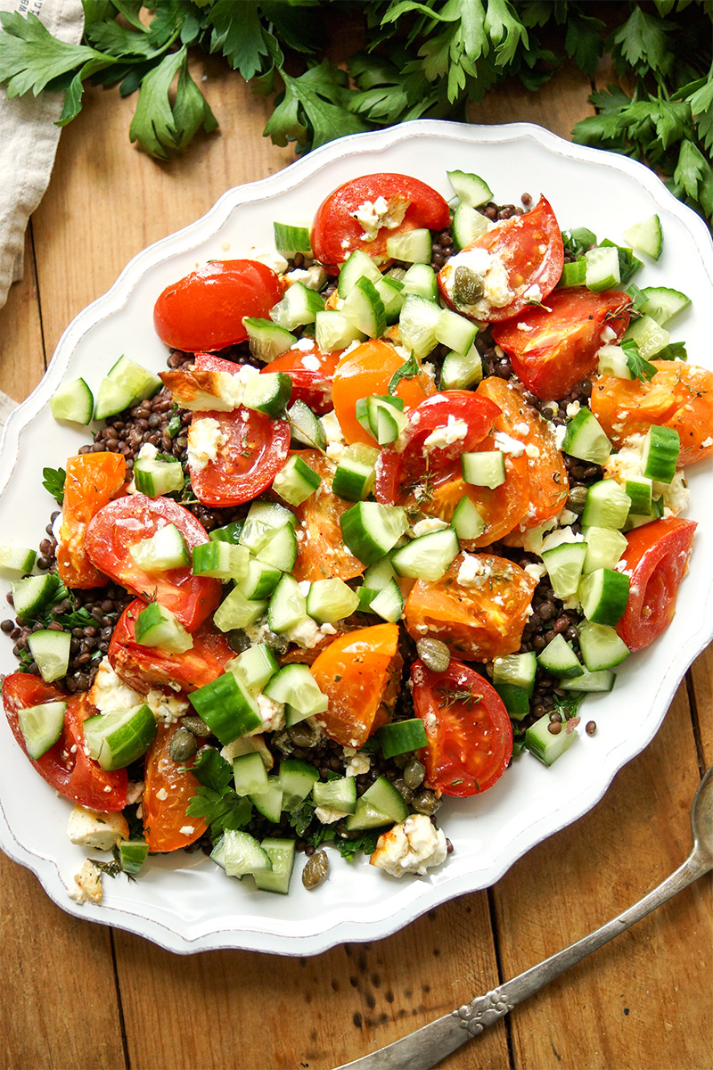 einfaches Rezept für Linsensalat mit geröstetem Feta und Tomaten mit Gurke, Minze, Petersilie und Zitrone