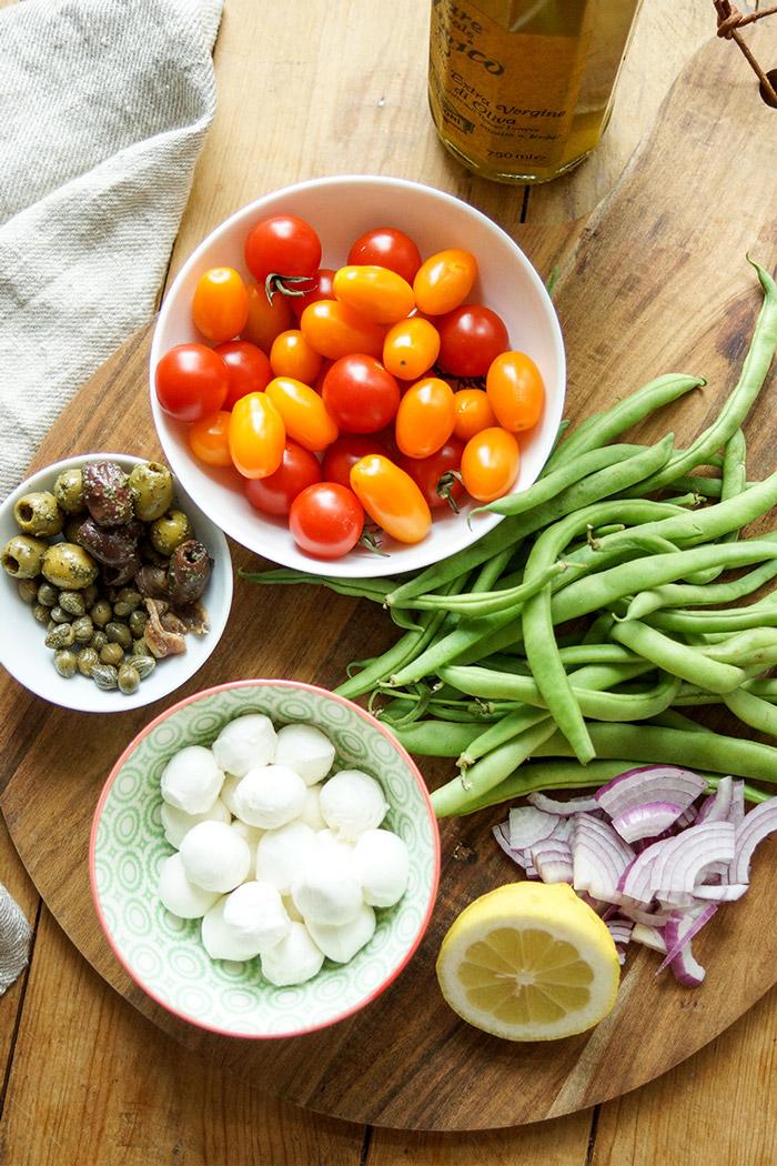 Zutaten für Mediterraner grüne Bohnen-Tomatensalat mit Kapern, Oliven, Büffel-Mozzarella, Sardellen, einfache gesunde Rezept