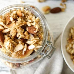 Honig-Pops Granola (Knuspermüsli) Rezept mit Puffreis, Kardamom, Mandeln, Walnüsse, getrocknete Früchte, glutenfrei