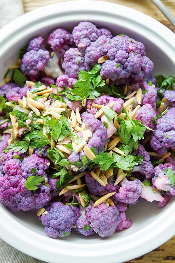 Einfaches gesundes lila Blumenkohl-Salat Rezept mit Zitrone, Kapern, Mandeln, Petersilie. Vegan