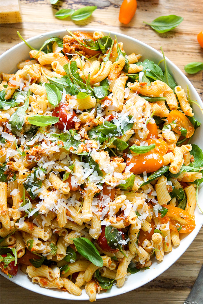 Nudel-Pesto-Salat mit getrockneten Tomaten Rezept mit Cherry-Tomaten, Mozzarella, Rucola, Parmesankäse, Basilikum, vegetarisch