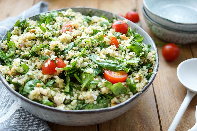 Gesunder Quinoa-Salat mit Spinat, Rezept mit Petersilie, Dill und Minze, Feta, Cherry-Tomaten, Pinienkerne, glutenfrei, vegetarisch