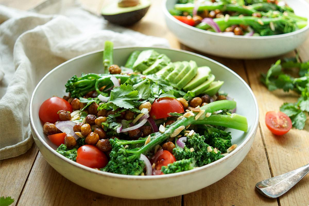 Bimi-Brokkoli mit gerösteten Kichererbsen und Zitronen-Tahin-Dressing, Low-Carb Veganes Rezept