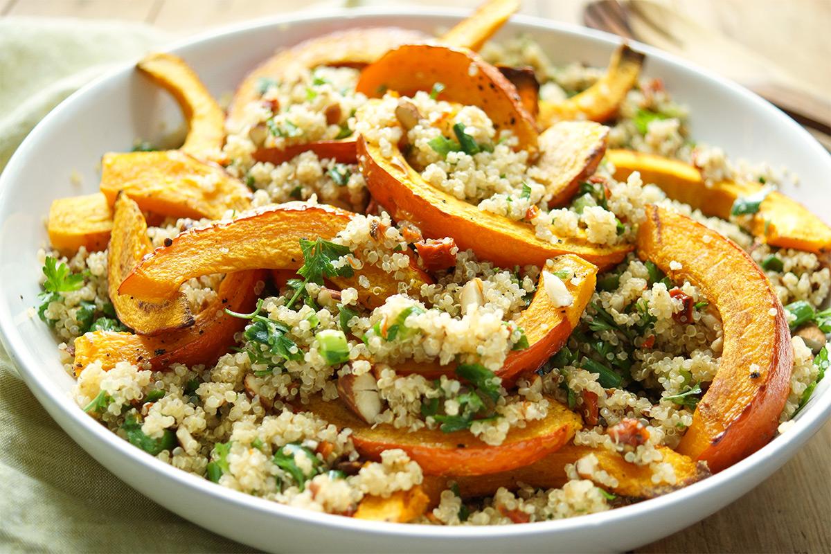 Gerösteter Hokkaido-Kürbis auf Quinoa-Salat Rezept mit Mandeln und getrocknete Tomaten. Vegan, Glutenfrei