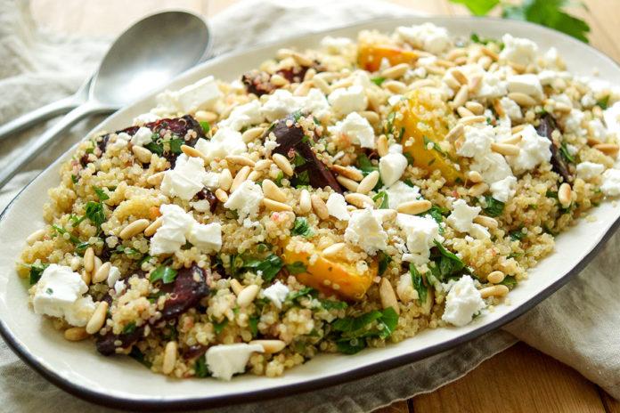 einfaches Rezept für einen gesunden Quinoa-Salat mit Rote Bete und Fetakäse