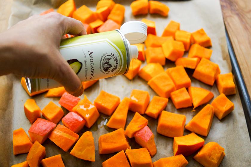 Hokkaido-Kürbis geröstet mit Feta, Mandeln, Kräuter, Zitrone Rezept vegetarische Beilage