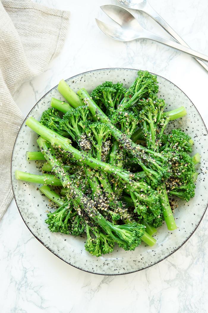 Bimi mit Sesam, vegan und vegetarische Beilage. Bimi ist eine Kreuzung aus Brokkoli und Kai-lan
