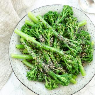 Asiatische Bimi mit Sesam rezept, vegan und vegetarische Beilage. Bimi ist eine Kreuzung aus Brokkoli und Kai-lan