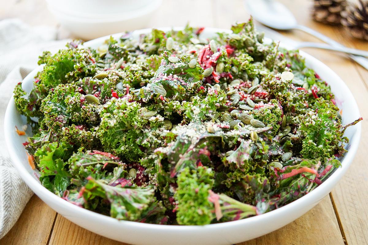 Einfacher Grünkohlsalat Rezept mit Zitronen-Tahin-Dressing, Möhren, Rotebete, Roh, Vegan, Massiert