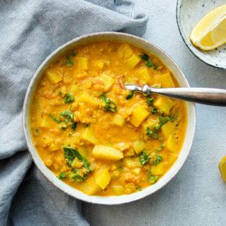 einfaches veganes Rezept für eine gesunde Rote Linsen-Kokos-Suppe mit Curry, Koriander und Kartoffeln