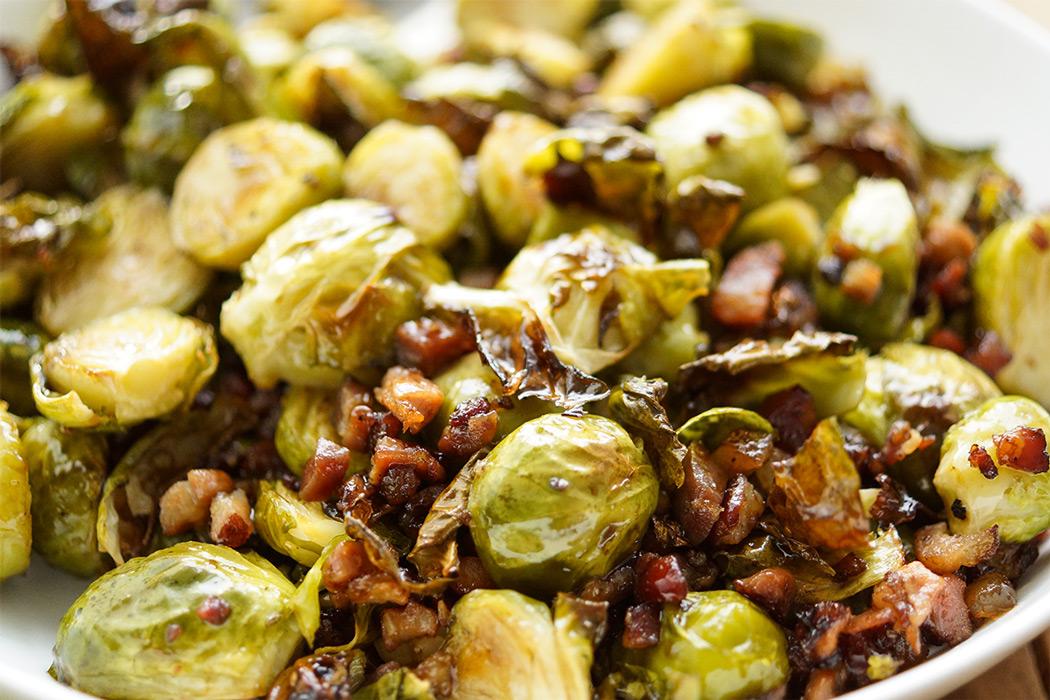 Beilage mit Ofen gerösteter Rosenkohl mit Balsamico-Creme und Bauchspeck Rezept