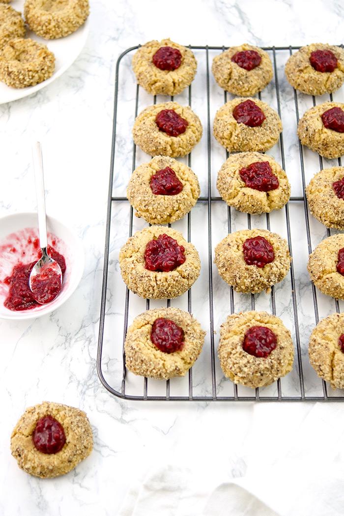 Vogelnest Cookies mit Marmelade, Engelsaugen Kekse, Thumbprint-Cookies Rezept, Weihnachtsgebäck