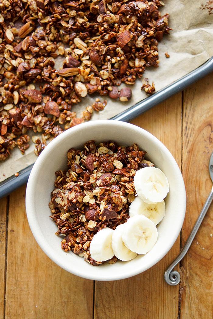 Knuspriges Gerste Granola mit Mandeln und dunkler Schokolade Rezept, Selbsgemachtes Knuspermüsli, vegan
