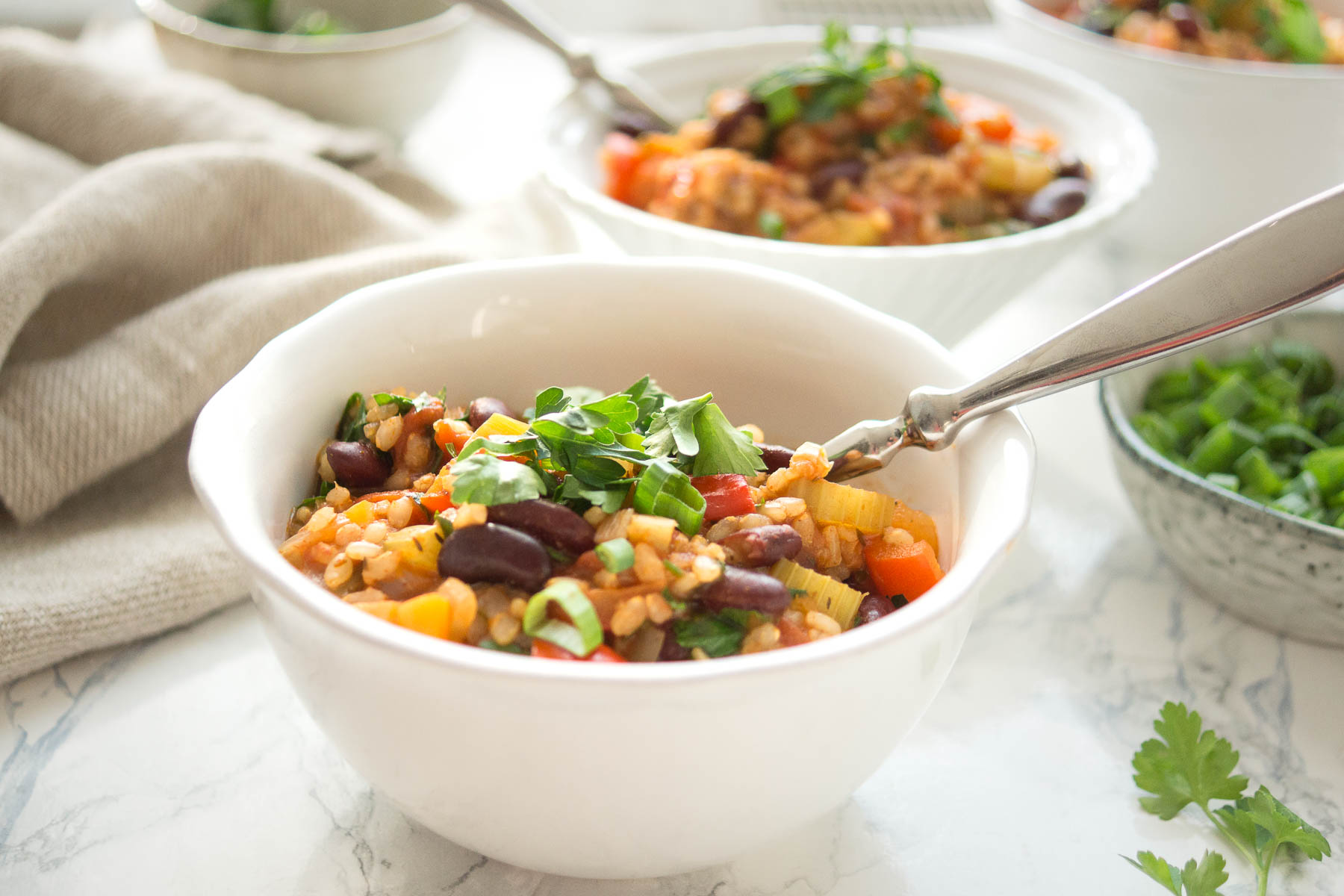 kreolische Jambalaya mit Bohnen, Paprika, Karotten, Sellerie, Reis und Tomaten, vegetarisch, vegan Rezept